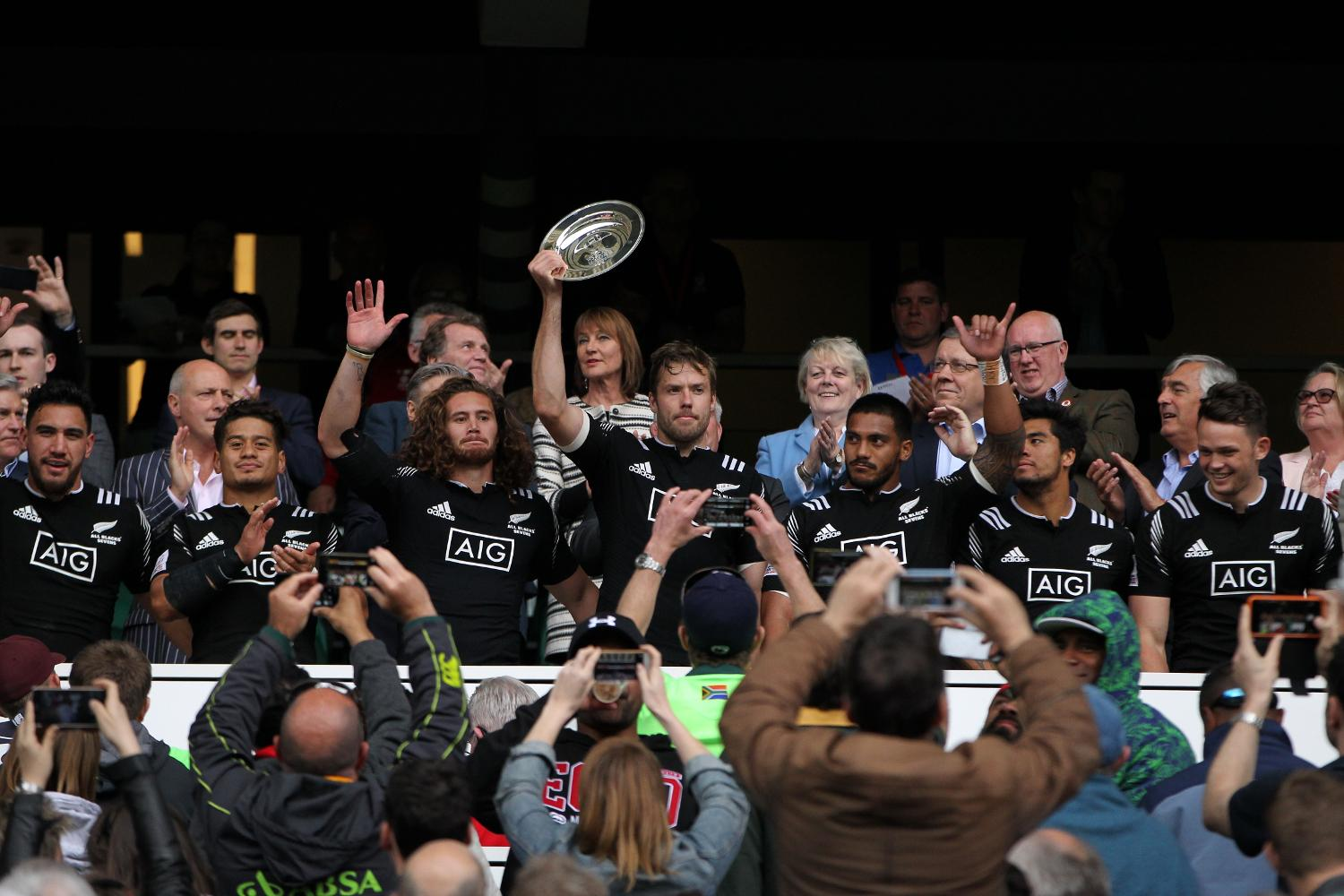 Tim Mikkelson lifts the Plate at the HSBC London Sevens