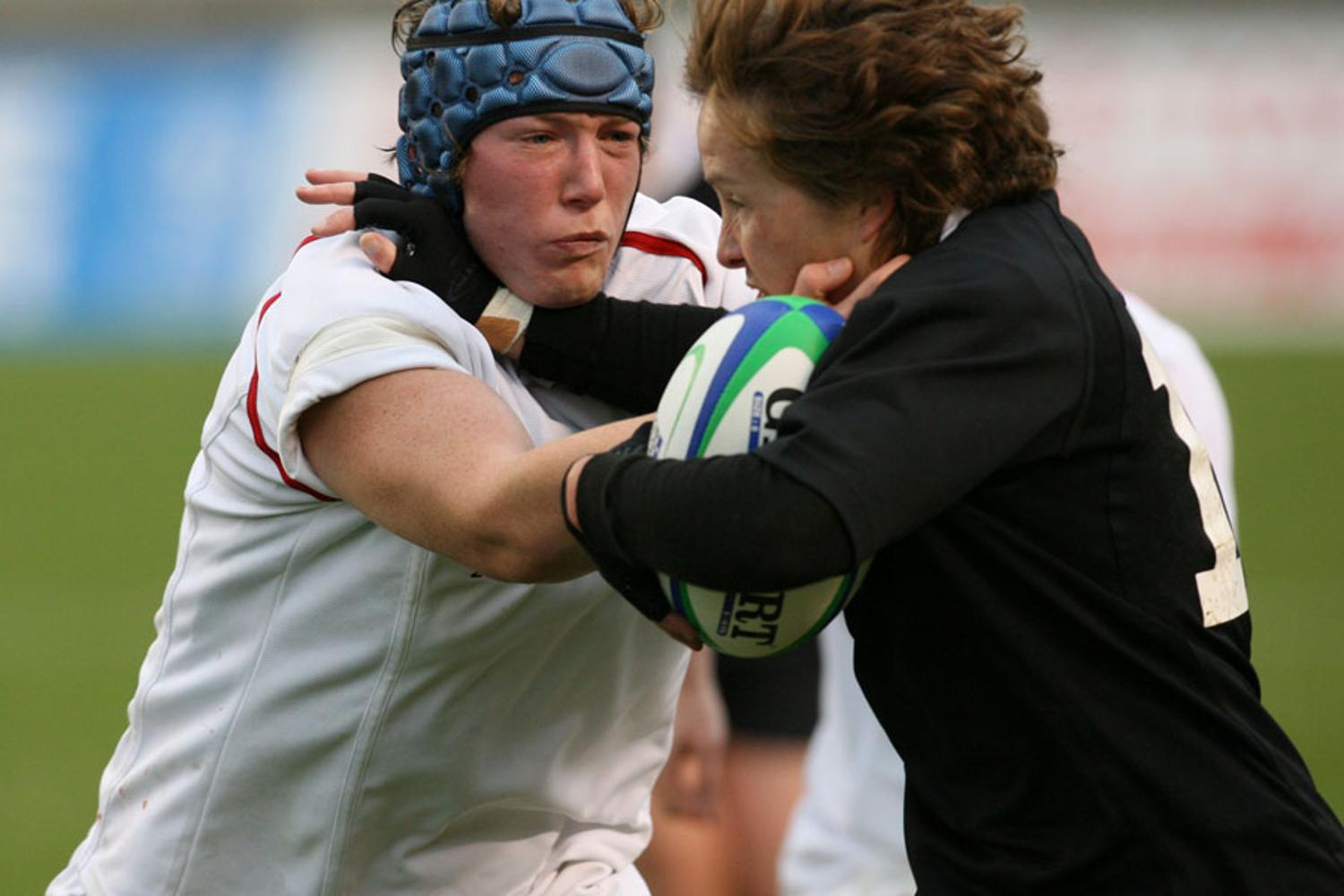 WRWC 2006: Rochelle Clark of England and Anna Richards of New Zealand battle for the ball
