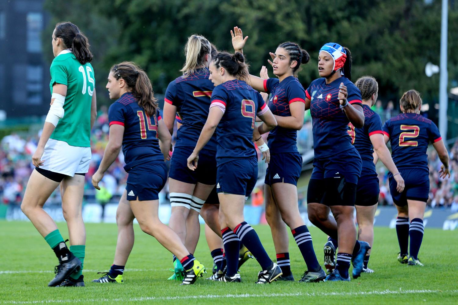 Romane Menager celebrates scoring a try with teammates 17/8/2017